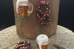 Brezen und Bierkruganhänger aus Glas.
